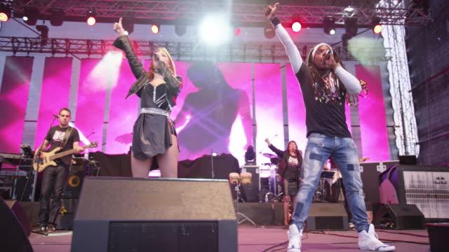 vidéos et rushes de ds man and woman singing duet on stage - singer