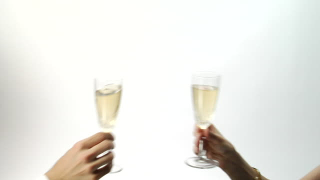 vídeos de stock e filmes b-roll de cu, man and woman toasting champagne, close-up of hands - copo