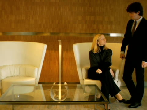 vídeos y material grabado en eventos de stock de ws, man and woman waiting in lobby, new york city, new york, usa - mesa baja de salón