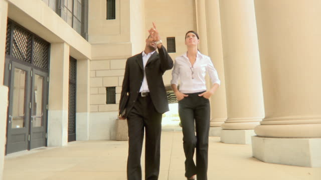 t/l pov man and woman walking along colonnade, jacksonville, florida, usa - ゴーティー点の映像素材/bロール