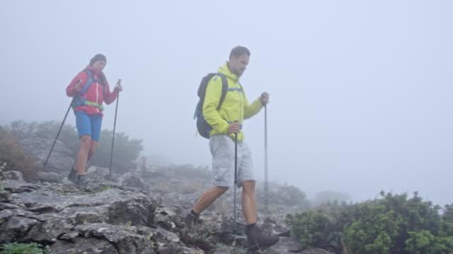 男と女の砂利道に霧山を歩いて - ツレス点の映像素材/bロール
