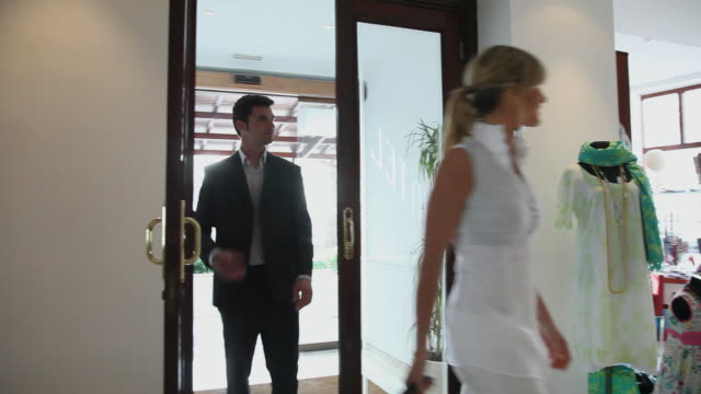 vidéos et rushes de ms ts man and woman walking towards concierge desk to check in / golf de son termes, bunyola, mallorca, baleares, spain - homme dans un groupe de femmes