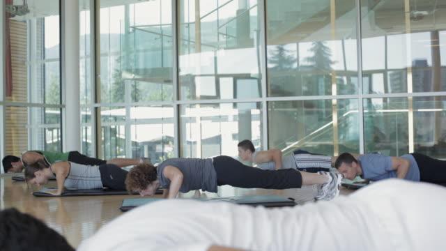 vídeos y material grabado en eventos de stock de ms ds man and woman with instructor exercising in gym / vancouver, british columbia, canada - entrenamiento sin material