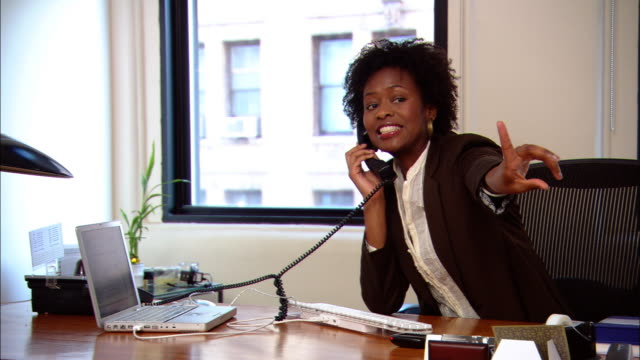 vídeos de stock, filmes e b-roll de ms, pan, man and woman working in office - telefone fixo