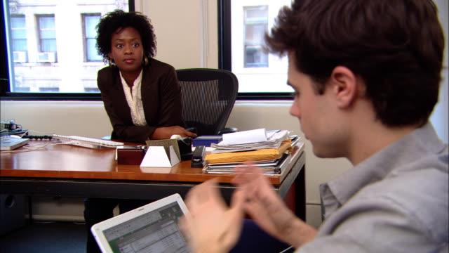 vídeos y material grabado en eventos de stock de ms, man and woman working in office - barba de tres días