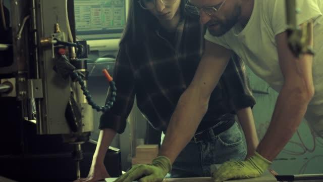 man och kvinna som arbetar i trä workshop - middle eastern ethnicity bildbanksvideor och videomaterial från bakom kulisserna
