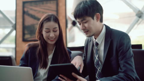 vidéos et rushes de homme et femme travaillant ensemble dans le café - cadrage à la taille