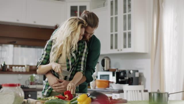 vidéos et rushes de homme et femmes embrassant dans la cuisine - trentenaire