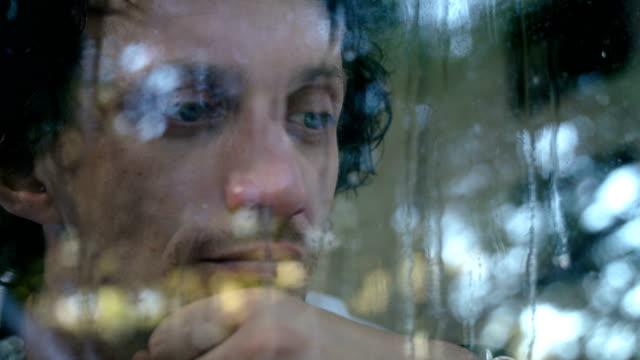 der mensch ist traurig und frustriert vom leben. - junger mann allein stock-videos und b-roll-filmmaterial