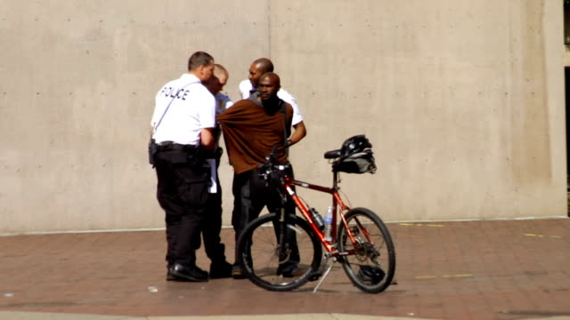man argues with police and gets arrested on march 21 2012 in washington dc - stati del mid atlantic usa video stock e b–roll
