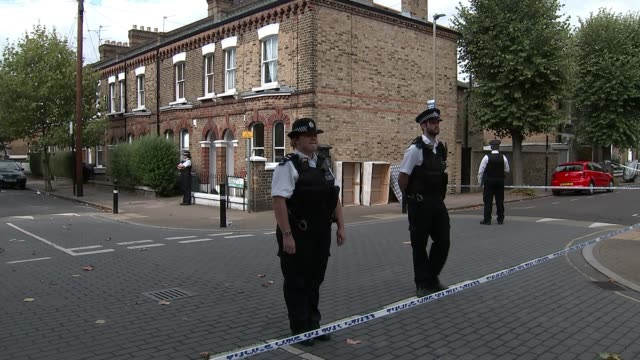 man arrested after woman stabbed to death in battersea england london battersea ext police officers by blue cordon tape forensic officers in blue... - ロープ仕切り点の映像素材/bロール
