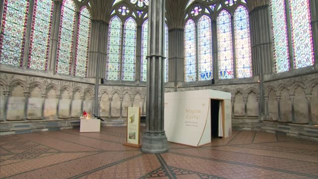 vídeos de stock e filmes b-roll de man arrested for attempting to steal magna carta from salisbury cathedral; uk, wiltshire, salisbury; salisbury cathedral / broken glass exhibition... - magna carta documento histórico