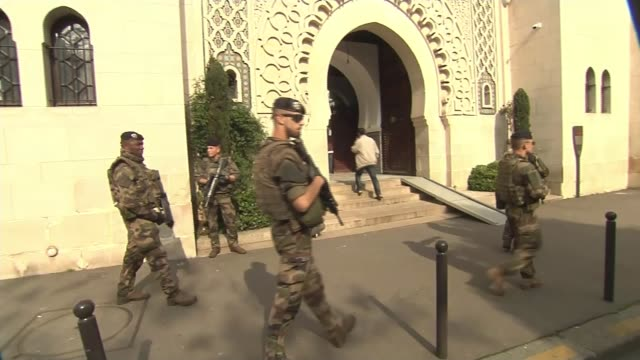 vidéos et rushes de man arrested in ukraine for allegedly plotting terror attack during euro 2016 france paris ext armed soldiers patrolling outside largest mosque in... - mosquée