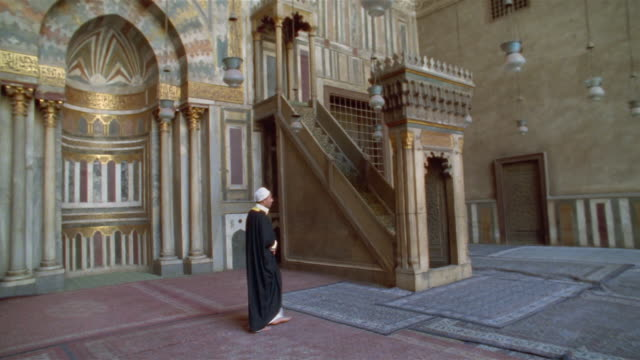 stockvideo's en b-roll-footage met ms, pan, man ascending stairs in sultan hassan mosque, cairo, egypt - alleen oudere mannen