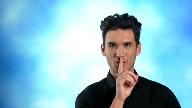 vidéos et rushes de homme posant pour le silence - silence