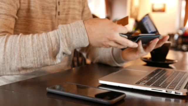 Man op de koffiepauze winkelen online met credit card