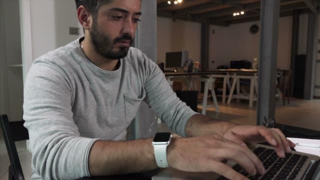 vídeos y material grabado en eventos de stock de hombre en ordenador - 25 29 años