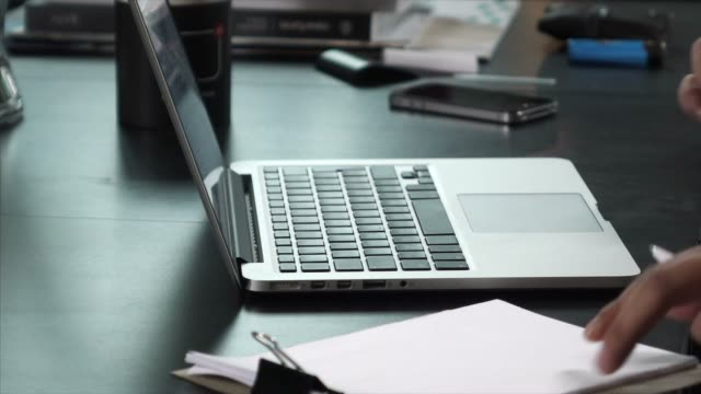 コンピューターに向う - 操作する点の映像素材/bロール