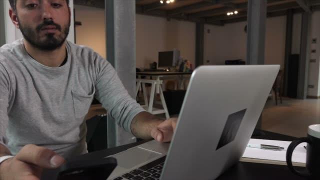 vídeos de stock e filmes b-roll de man at computer - sweatshirt