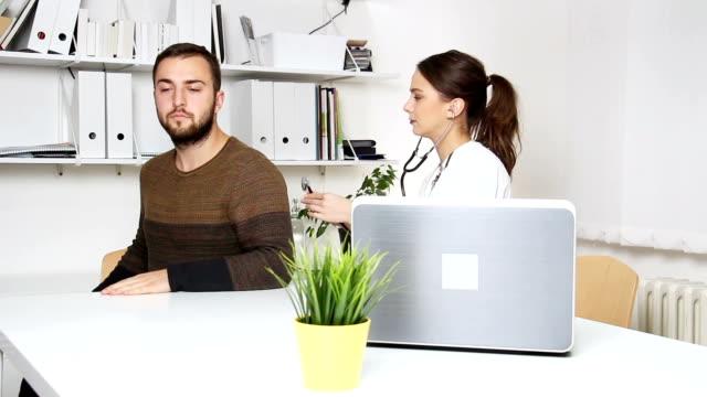 vídeos de stock, filmes e b-roll de homem no consultório médico - tossindo