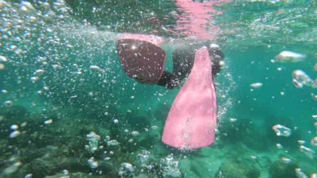 Der Mann beim Schnorcheln im tropischen Wasser