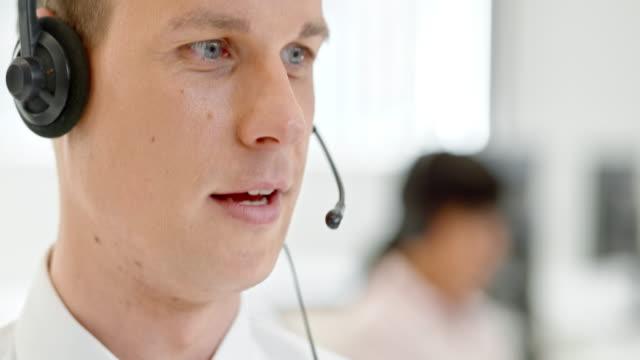TU Mann im call-center, rufen Sie den Kunden