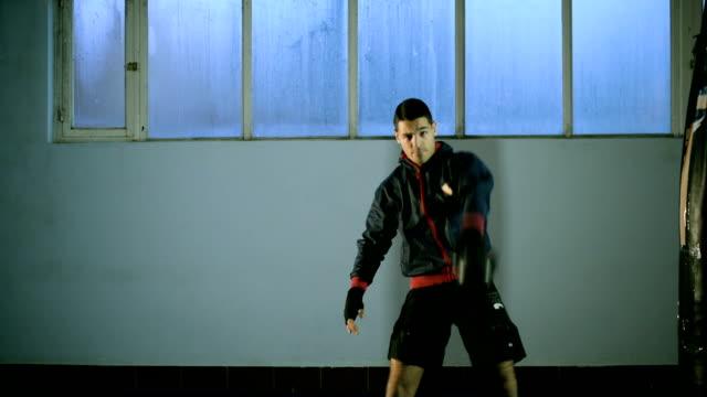 vídeos de stock, filmes e b-roll de homem na academia de ginástica - braço humano