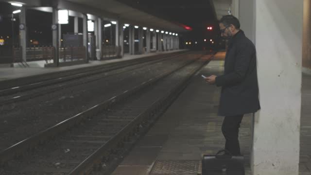 man på tågstationen - järnvägsperrong bildbanksvideor och videomaterial från bakom kulisserna