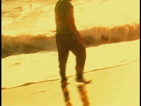 vidéos et rushes de man at water's edge - un seul homme d'âge mûr