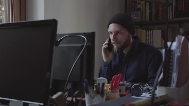 Mann bei der Arbeit im Büro über kollaborative Inbetriebnahme