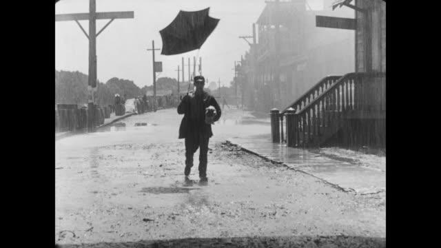 vidéos et rushes de 1928 a man (buster keaton) becomes a victim of inclement weather - image en noir et blanc