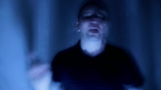 vídeos de stock, filmes e b-roll de homem sendo sequestrado - escuro