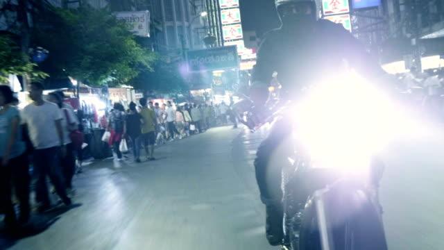 オートバイ夜に乗って男バイク - バンコク点の映像素材/bロール