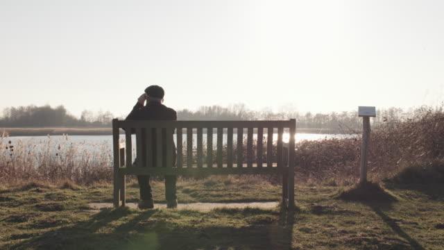 man bird watching - ベンチ点の映像素材/bロール