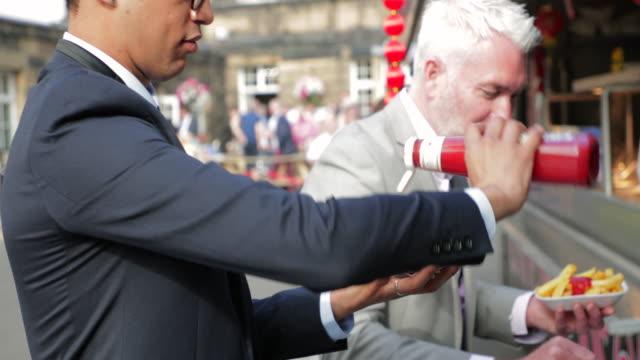 Mann in einen Burger beißen