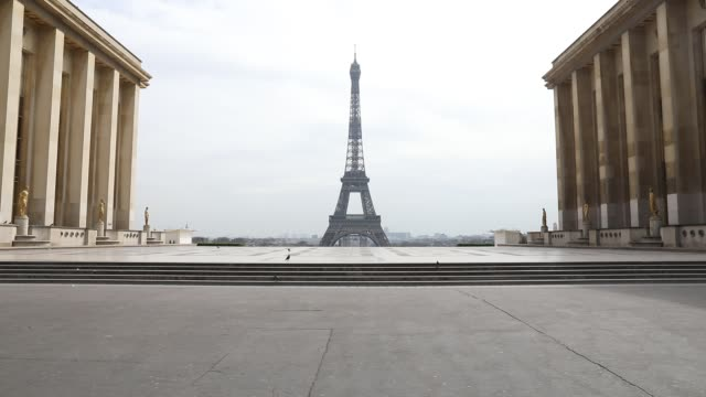 a man blows his nose in front of the trocadero square with the eiffel tower in the background after the head of state ordered the inhabitants to stay... - abwesenheit stock-videos und b-roll-filmmaterial