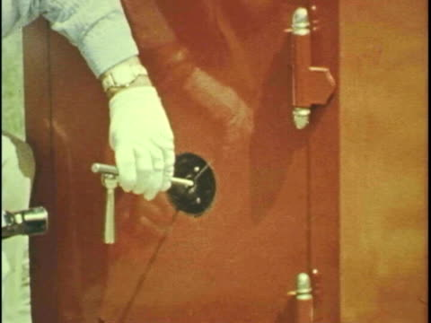 man blows up safe - 金庫点の映像素材/bロール