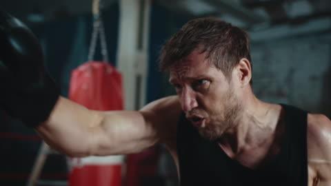 vidéos et rushes de sac de punshing boxe homme - endurance