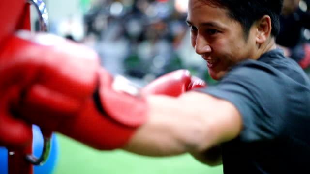 ジムで slo mo 男ボクシング トレーニング。 - 緊急用具点の映像素材/bロール
