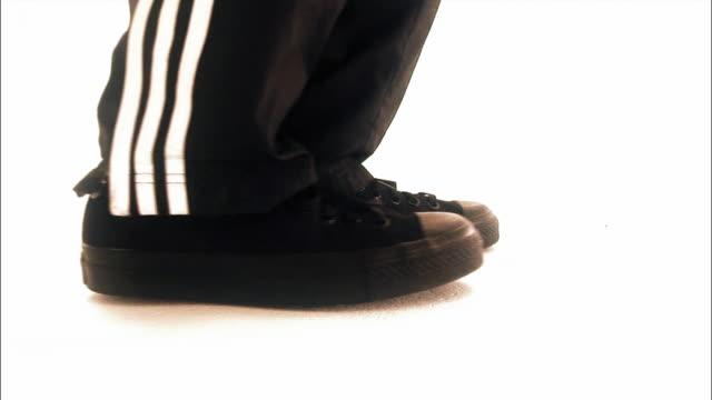 vidéos et rushes de cu man breakdancing in studio / new york city, new york, usa - un seul homme d'âge moyen