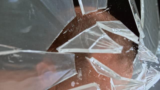 スロmo ld男は彼の頭でガラスを壊す - インパクト点の映像素材/bロール