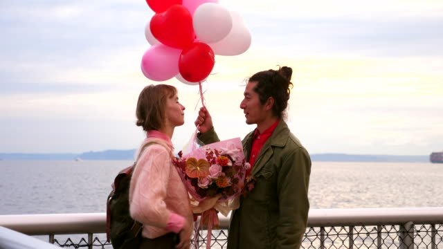 vídeos de stock e filmes b-roll de ms man bringing flowers and balloons to girlfriend before valentines day date - homens de idade mediana