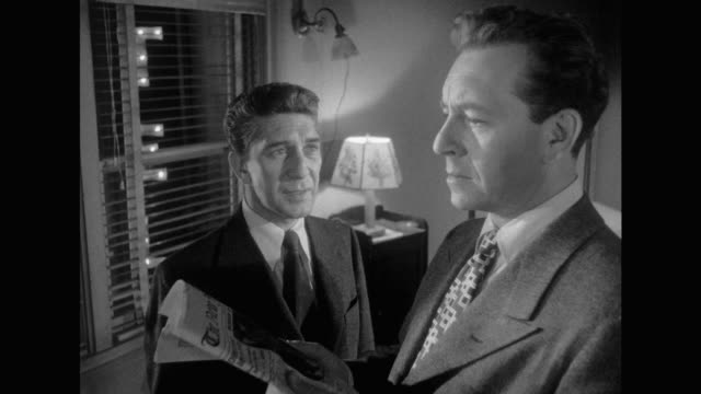vidéos et rushes de 1948 man brings news of mobster friend death to angered gangster in hiding in his hotel room - se cacher
