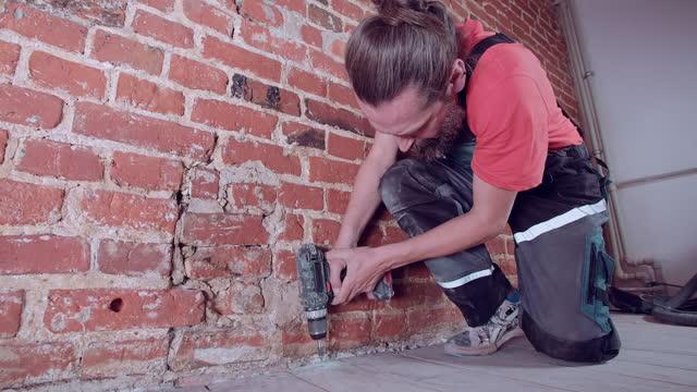 vídeos de stock, filmes e b-roll de homem construindo um andar em nova casa. usando broca para parafusos placas - só um adulto de idade mediana