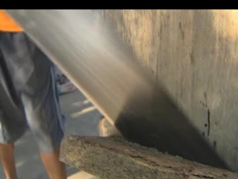 man builds coffin on main street following devastating earthquake in haiti; 15 january 2010 - erezione video stock e b–roll