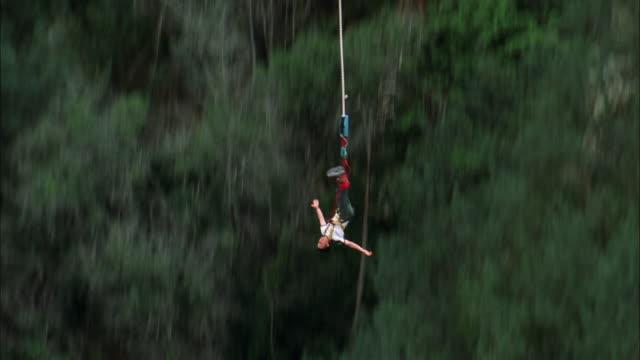 vídeos y material grabado en eventos de stock de man bungee jumps from bloukrans bridge, tsitsikamma national park. available in hd. - puenting