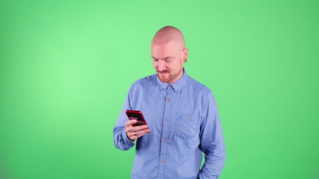 vidéos et rushes de homme occupé utilisant son téléphone - regarder vers le bas