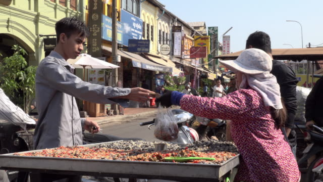 vídeos y material grabado en eventos de stock de a man buy seafood at food stall at old market in downtown siem reap - pescado y mariscos