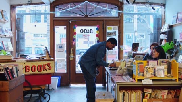 中古書店で本を買う人 - 書店点の映像素材/bロール