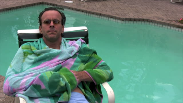 stockvideo's en b-roll-footage met man by the pool - alleen oudere mannen